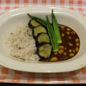 夏野菜のせ豆カレー