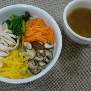 七草で鶏がらスープの鶏飯