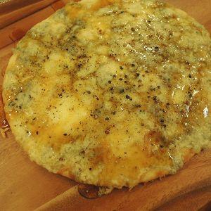 4種のチーズにゴルゴンゾーラで追いチーズピザ