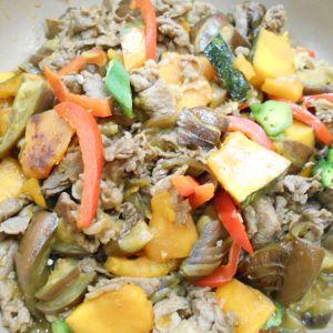 牛肉と夏野菜のガリバタ炒め
