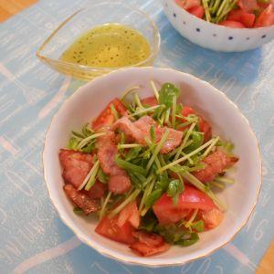 カリカリベーコンと豆苗のサラダ